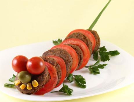 recetas-divertidas-gusanito-de-tomate-y-hamburguesas