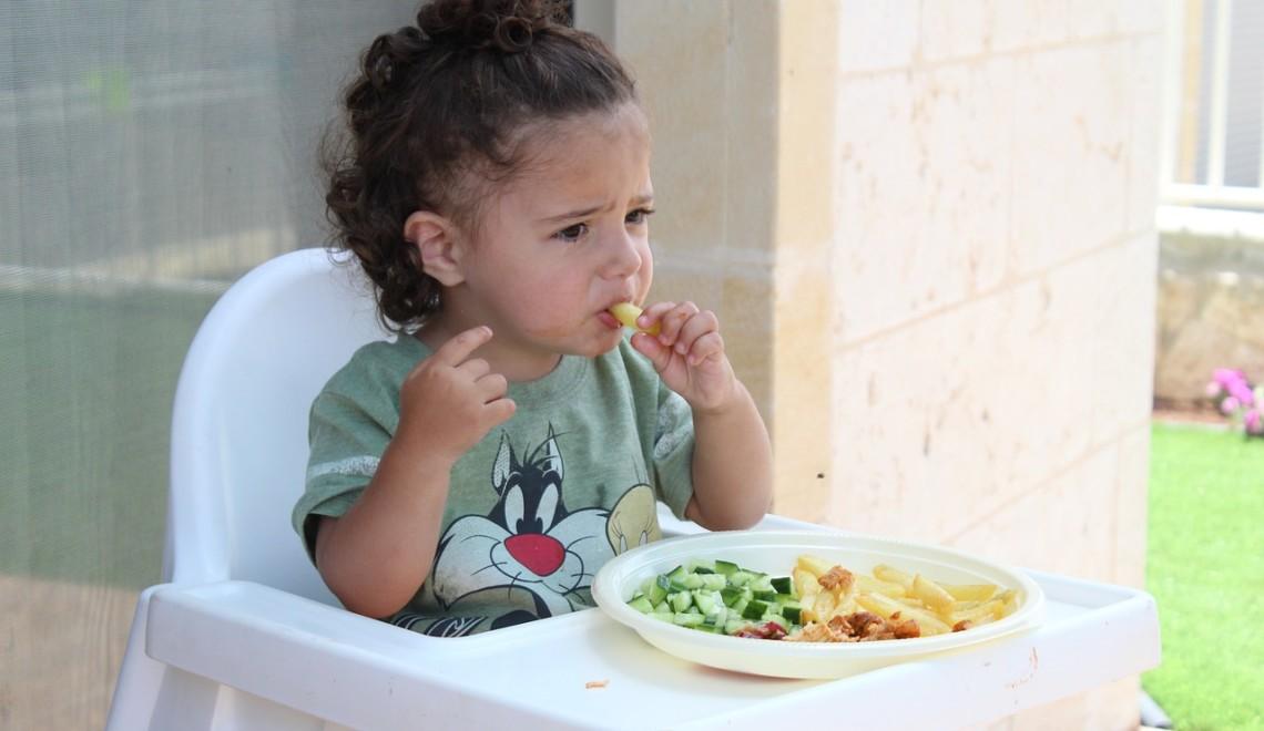 niña_comer